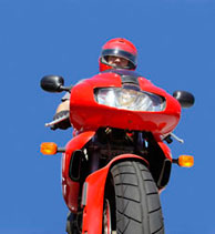 montando en moto